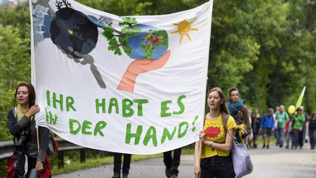 Teilnehmer an der Wanderung Menschenstrom gegen Atom in der Region um das AKW Beznau in Beznau (AG).