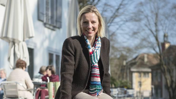 Suzanne Marclay-Merz vor der Aarauer Stadtbibliothek.