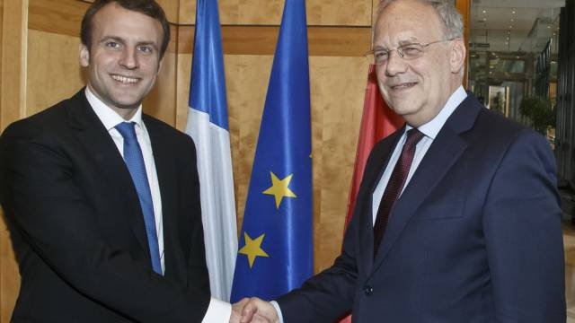 Emmanuel Macron, links, begrüsst Johann Schneider-Ammann in Paris