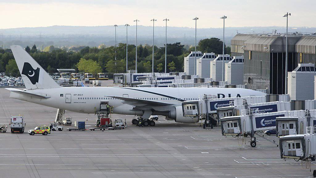 Ein Flugzeug der Pakistan International Airlines am Flughafen in Manchester. (Archivbild)