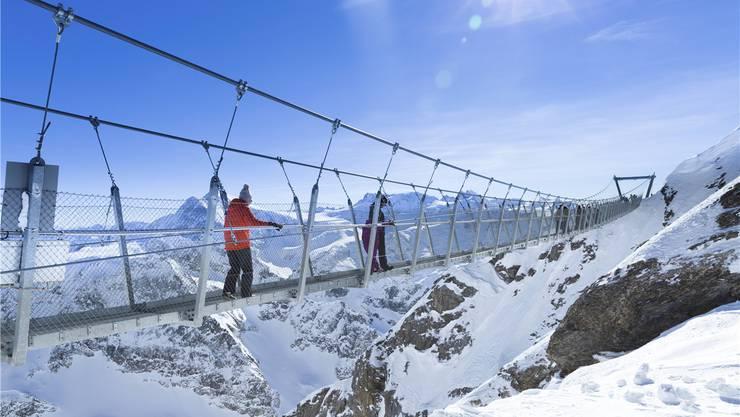 Die Berge erleben – auch ohne Skifahren: Touristen auf der höchsten Hängebrücke Europas am Titlis in Engelberg.Imago