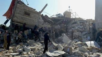 Absichtliche Angriffe auf Spitäler, wie hier in der Provinz Idlib in Syrien, sind ein Kriegsverbrechen. In Syrien sind schon zahlreiche Gesundheitseinrichtungen bombardiert worden. Der UNO-Sicherheitsrat verurteilt diese Angriffe in einer Resolution. (Archivbild)