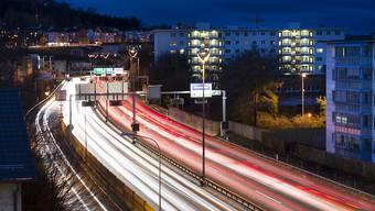 An dichtbefahrenen Strassen sind Menschen grossem Lärm ausgesetzt. Die Lärmliga Schweiz will nun das Problem mit Pilotprozessen angehen und fordert Temporeduktionen.