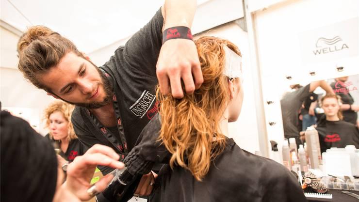 Der Dietiker Hairstylist Tim Ungricht durfte am Berliner Mode-Salon eigene Ideen in Frisuren umsetzen. zvg