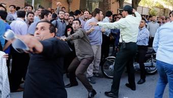 Aufgebrachte Angehörige der getöteten Iraner lassen vor der saudischen Botschaft in Teheran ihrem Zorn freien Lauf.