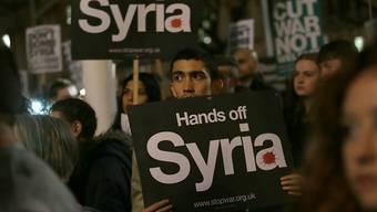 Demonstrationen gegen britische Luftangriffe auf die Terrormiliz IS in Syrien. (Archivbild) Das britische Parlament stimmte heute mit deutlicher Mehrheit für die Luftangriffe.