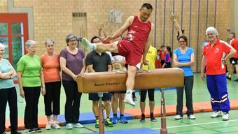 Turnstunde mit Donghua Li in Däniken im Rahmen von Schweiz bewegt