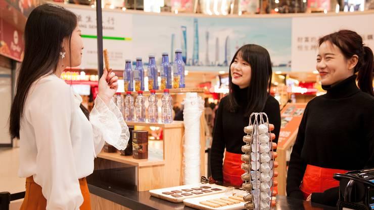 Neben Schoggi und Kaffeekapseln ist zum Beispiel auch der bekannte Migros-Eistee in China im Original erhältlich. HO