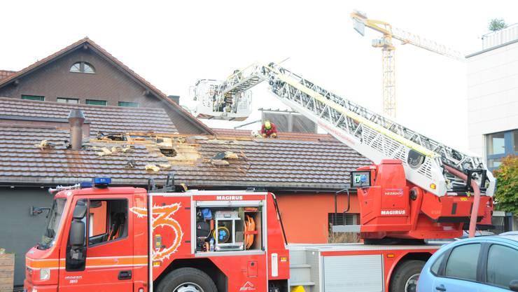 Brand in Kleindöttingen: Vier Bewohner von Wohnstudios wurden mit Verdacht auf Rauchgasvergiftung ins Spital gebracht.