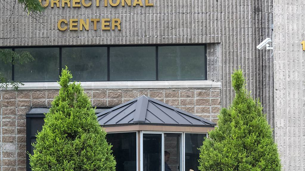 ARCHIV - Das umstrittene Hochsicherheitsgefängnis in New York, wo der wegen Sexualverbrechen angeklagte US-Millionär Jeffrey Epstein 2019 tot aufgefunden worden war, wird zumindest vorübergehend geschlossen. Foto: Mary Altaffer/AP/dpa