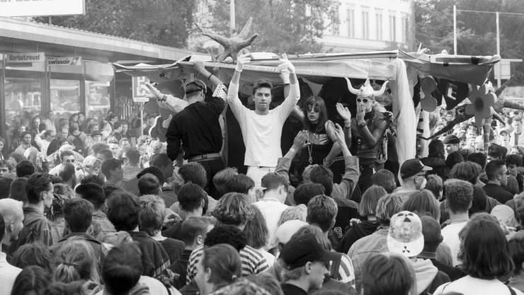 Gegen 2000 Leute nehmen 1992 an der Demonstration für Liebe, Frieden, Freiheit, Grosszügigkeit und Toleranz mit zwei Lovemobiles teil