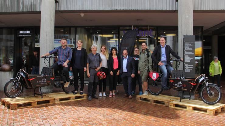 Granit Tetaj (l.) von der City Galerie und Martin Gobeli von der Mietervereinigung Neumarkt Brugg flankieren mit den neuen Cargo-Bikes die Projektbeteiligten.
