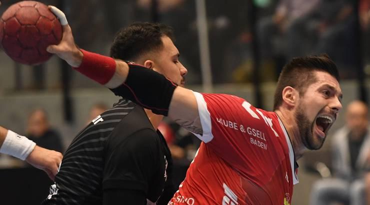 TVE-Kreisläufer Leonard Pejkovic (r.) im Zweikampf mit HSC-Topskorer Diogo Oliveira.