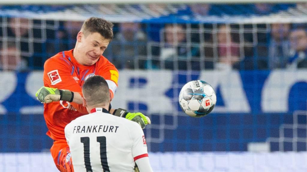 Schalkes Goalie Alexander Nübel schoss mit dem heftigen Tritt gegen Frankfurts Mijat Gacinovic weit über das Ziel hinaus