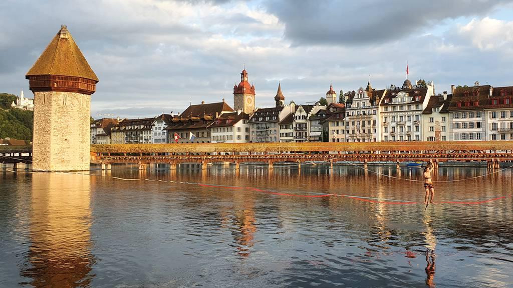 Akrobatisch: Slackliner in der Stadt Luzern unterwegs