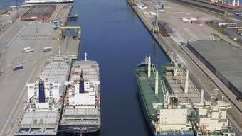 Schweizer Finanzchefs erwarten wegen der Corona-Krise  eine Rezession. Weder in der Euro-Krise noch beim Franken-Schock waren sie so negativ eingestellt wie heute. Im Bild: Containerschiffe am Rostocker Hafen, die wegen mangelnder Nachfrage stillgelegt sind. (Archivbild)
