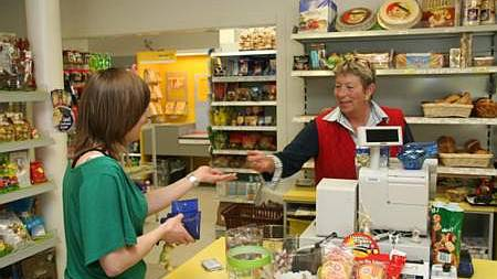 Trudy Tanner (rechts) hat dank der Post (im Hintergrund) mehr Leute im Laden