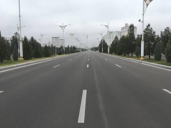 Durch das Zentrum von Aschgabat führen unzählige mehrspurige Strassen. Auf vielen von ihnen verkehren kaum Fahrzeuge.