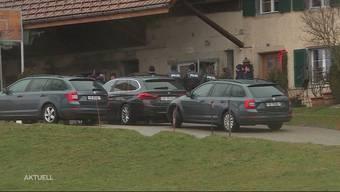 In der Solothurner Gemeinde suchte die Polizei bei einem Grosseinsatz mit Hunden und einem Superpuma nach drei flüchtigen Personen. Zwei Räuber konnten gefasst werden, auch dank der Hilfe von aufmerksamen Anwohnerinnen und Anwohnern.