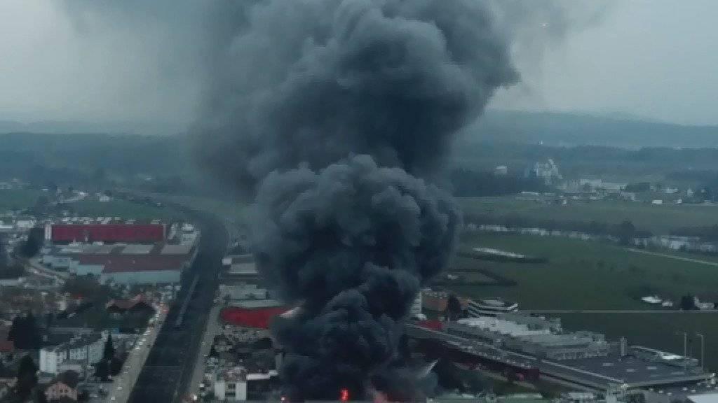 Im Industriegebiet in Rothrist AG ist am späten Mittwochnachmittag ein grosser Brand ausgebrochen.