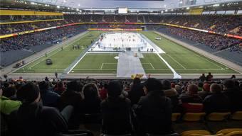 Freiluftspiel im Stade de Suisse. Was auf dem Feld abgeht, kriegen die Fans gar nicht so richtig mit.