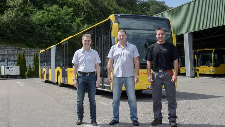 Stolz auf die Flotte: Roman Stingelin mit Chauffeur Wladimir Kaltenberger und Werkstattleiter Thomas Gehrig. Martin Töngi