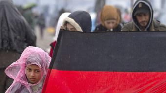 Flüchtlingskind mit Deutschland-Flagge