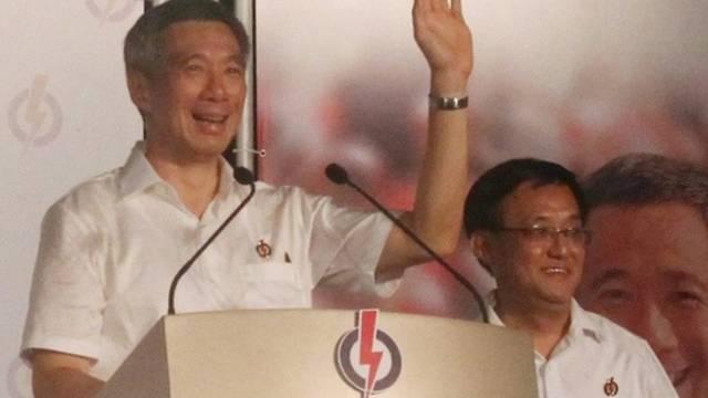 Wahlsieger Regierungschef Lee Hsien Loong (l)
