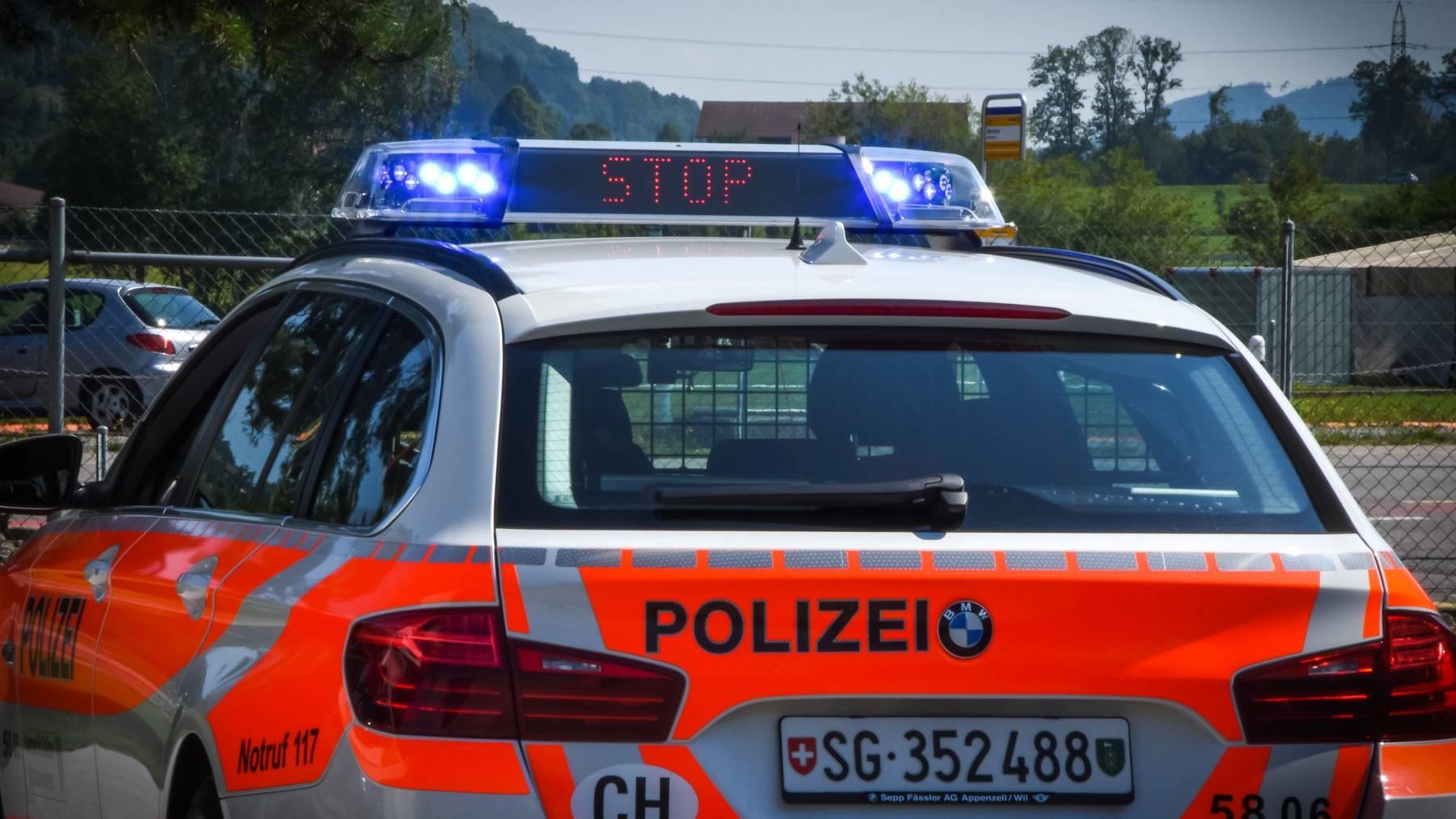 Ein Töfffahrer ohne Kontrollschild und Führerschein flüchtete am Samstag vor der Polizei.