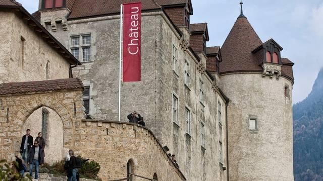 Besucher vor dem Schloss Greyerz (Archiv)