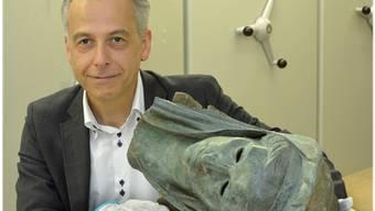 Andrea Bignasca mit einer der heiss diskutierten Bronzen im Lager des Antikenmuseums. Nicole Nars-Zimmer