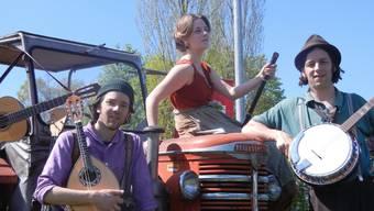 Sie lieben es «handgelismet» und begeistern ein wachsendes Publikum mit ihren Liedern und Bühnenshows: Gabriel Kramer, Sonja Wunderlin und Marc Suter als Foifer&Weggli-Trionettli.