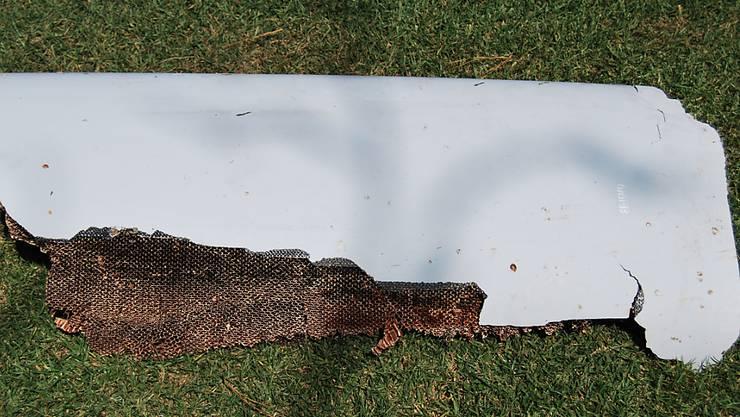 Gehört dieses Wrackteil zur verschollenen MH370? Ein Teenager fand das Teil während seiner Ferien in Mosambik. Jetzt wurde es den australischen Untersuchungsbehörden übergeben. Sie wollen herausfinden, ob das Wrackteil zur Boeing 777 der Malaysian Airline gehört, die am 8. März 2014 verschwand.