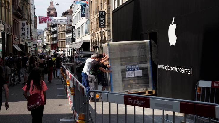 Der neue Apple Store in der Freie Strasse Basel hat erstmals ein Logo auf der Baufassade und die Inneneinrichtung scheint auch angekommen zu sein.