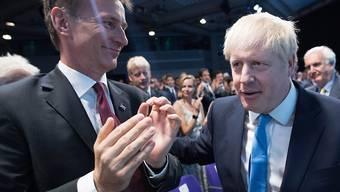 Hier applaudiert Aussenminister Jeremy Hunt (links) dem soeben zum neuen Premier gewählten Boris Johnson (rechts) noch. Als erste Amtshandlung als neuer Premier hat Johnson seinen Rivalen nun entlassen.