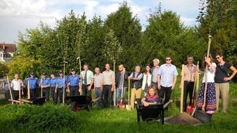 Vertreter von Polizei, Gemeinderat, Architekturbüro und Anwohner pflanzten zum symbolischen Baustart vier Apfelbäume.