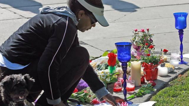 Fans legen beim Beverly Hilton Hotel Blumen nieder