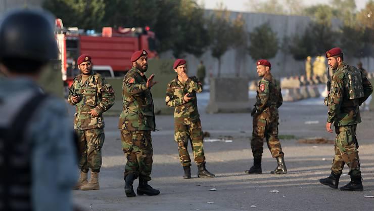 Soldaten sichern den Ort des Anschlags in Kabul am Nachmittag. Nun hat es erneut eine laute Explosion in der afghanischen Hauptstadt gegeben.