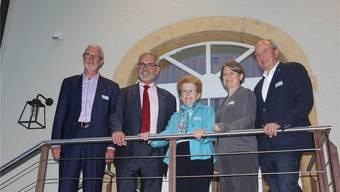 Die Initianten posieren mit dem Referenten hinter dem Restaurant Post in Bözen (v. l.): Daniel Büeler, Publizist Peter Hartmeier, Verena Erb, Andrea Imhof und Stefan Höchli. Bild: cm