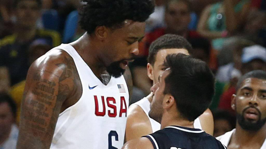 DeAndre Jordan (links) und die US-Basketballer sorgen gegen Argentinien (mit Facundo Campazzo) für klare Verhältnisse
