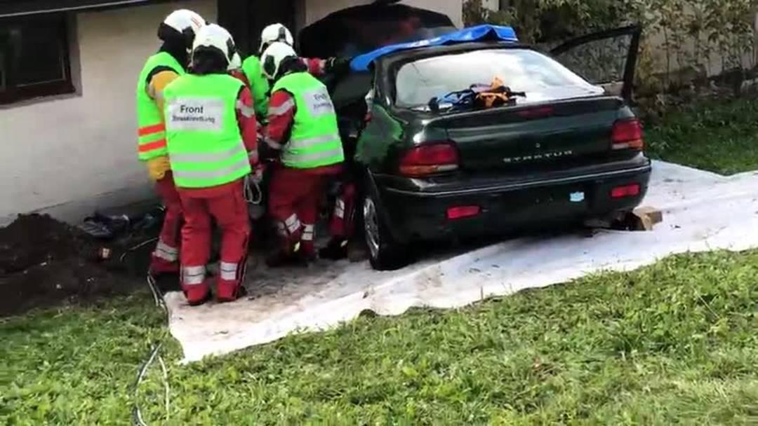 Eine verunfallte Frau wird aus dem Auto gerettet – Video Christian Murer