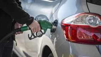 Der Angeklagte tankte Diesel statt Benzin und wurde beschuldigt, das Gemisch in einem Bach entsorgt zu haben. (Symbolbild)