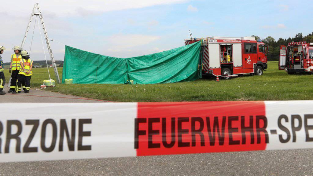 Feuerwehrleute haben auf dem Flugplatz von Bad Saulgau im deutschen Bundesland Baden-Württemberg einen Sichtschutz an der Unfallstelle errichtet. Am Morgen sind dort zwei Fallschirmspringer bei einem Sprung tödlich verletzt worden.