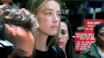 Schauspielerin Amber Heard verlässt das Gericht in Los Angeles, in dem sie unter Eid aussagte, ihr Ehemann Johnny Depp habe sie geschlagen.