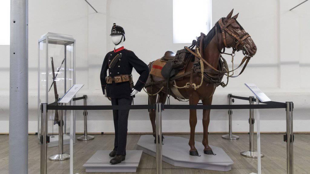 Die Uniform und die Reitausrüstung eines Füsiliers aus dem Jahr 1898 in der Ausstellung zu den Veränderungen von Waffenplatz Thun und Stadt Thun in den letzten 200 Jahren.