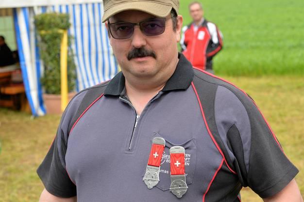 Gleich zwei Kränze auf der Brust: Thomas Klossner von der Schützengesellschaft Egerkingen traf sowohl mit der Pistole als auch mit dem Gewehr ins Schwarze.