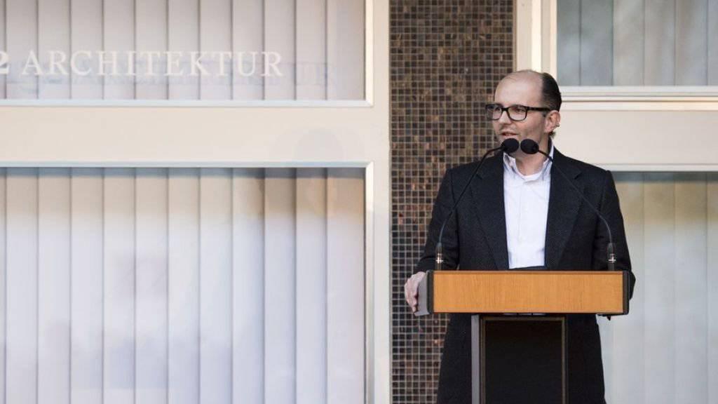 Remo Stoffel, der Besitzer der Therme Vals, bei einer Informationsveranstaltung im Oktober letzten Jahres. (Archiv)