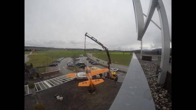 Zeitraffer: Flugzeug wird auf dem Dach des Flughafen Grenchen montiert.