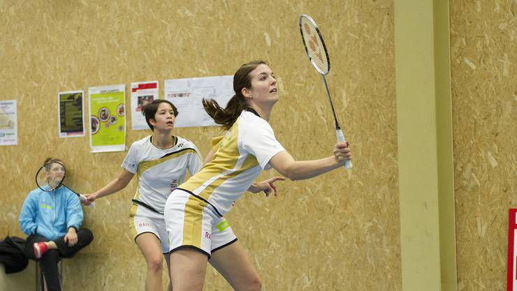 Solothurn's Monika Fischer (r) und Sanya Herzig während dem NLA-Badmintonspiel zwischen Solothurn und Yverdon