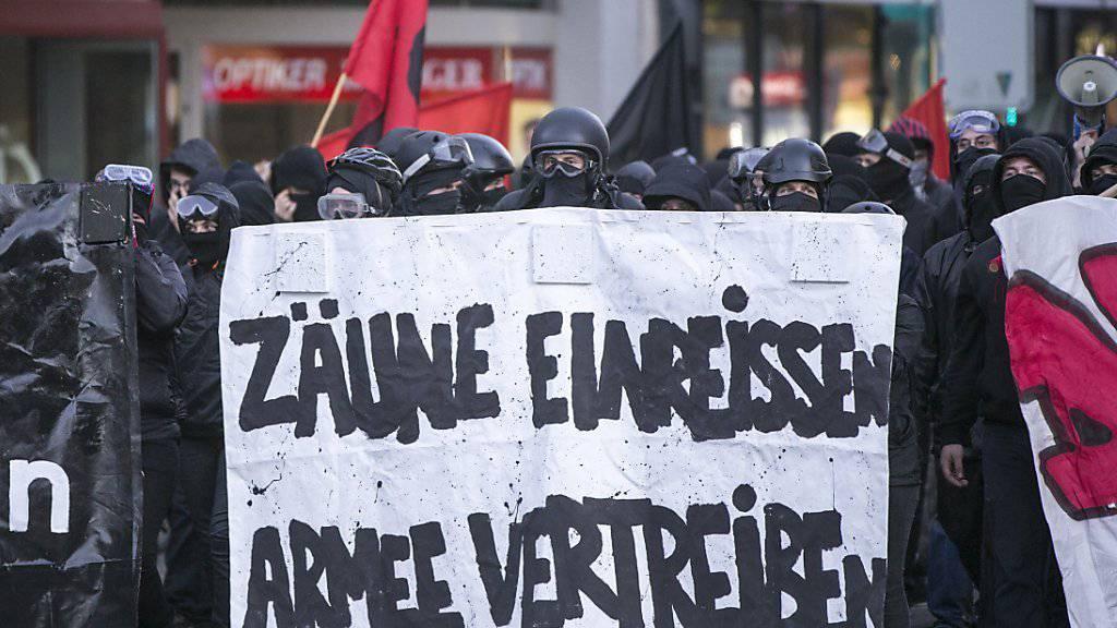 Militante Militärgegner rüsten sich gestern in Basel zum «Angriff» gegen die Truppenübung «CONEX 15» (Archiv).